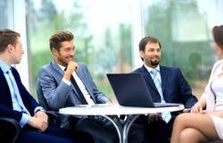 Менеджер обсуждая работу с его коллегами Стоковые Изображения RF
