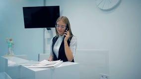 Менеджер офиса говоря на телефоне акции видеоматериалы