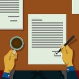 Менеджер письма подписал много контрактов стоковое изображение