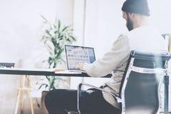 Менеджер по продукции фото бородатый работая с студией просторной квартиры нового проекта современной Используя contemprary табли Стоковые Изображения