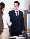 Менеджер приветствуя нового работника Стоковые Изображения RF
