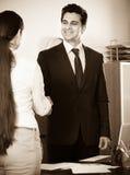 Менеджер приветствуя нового работника Стоковая Фотография RF