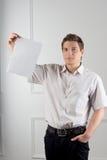 Менеджер принимает документы Стоковая Фотография RF