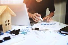 Менеджер работая в офисе, концепция свойства для продажи стоковая фотография rf