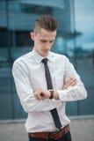 Менеджер умного бизнесмена смотря вахту, наблюдает время владение домашнего ключа принципиальной схемы дела золотистое достигая н Стоковые Фотографии RF