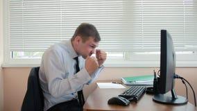 Менеджер утомлял работы делая физические упражнения на таблице в офисе акции видеоматериалы