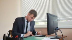 Менеджер утомлял работы делая физические упражнения на таблице в офисе видеоматериал