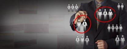Менеджер человеческих ресурсов выбирая 2 команды работы Стоковое Изображение RF