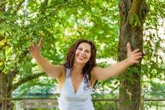 Менопаузальная женщина предлагает объятие стоковая фотография rf