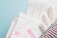Менструальные тампоны и пусковые площадки в косметической сумке Цикл менструации Гигиена и защита стоковое фото rf