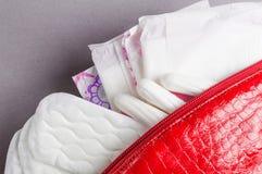 Менструальные тампоны и пусковые площадки в косметической сумке Цикл менструации Гигиена и защита стоковая фотография