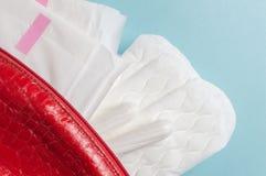 Менструальные тампоны и пусковые площадки в косметической сумке Цикл менструации Гигиена и защита стоковые изображения rf