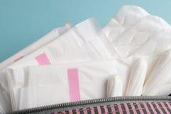 Менструальные тампоны и пусковые площадки в косметической сумке Цикл менструации Гигиена и защита стоковая фотография rf