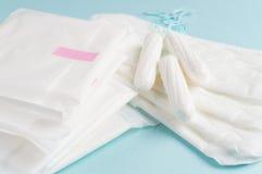 Менструальные тампоны и пусковые площадки на голубой предпосылке Цикл менструации Гигиена и защита стоковые изображения rf