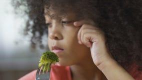 Меньшая Афро-американская женская держа вилка с частью брокколи, здоровой едой акции видеоматериалы