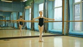 Меньшая балерина выполняет танцы сток-видео
