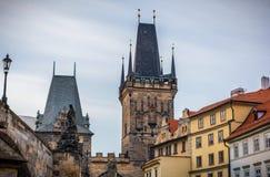 Меньшая башня моста городка на Карловом мосте, Праге, чехословакском Re Стоковое Фото