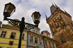 Меньшая башня моста городка и столб лампы в Праге Стоковое Изображение