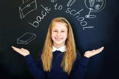 Меньшая девушка школы около классн классного школы Стоковые Фото