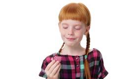 Меньшая девушка redhead ест makaron акции видеоматериалы