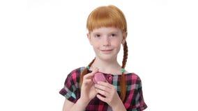 Меньшая девушка redhead holdind makaron видеоматериал