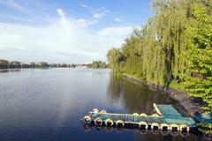 Меньшая деревянная старая пристань на озере города Стоковая Фотография