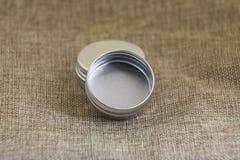 Меньшая круглая жестяная коробка Стоковое Изображение