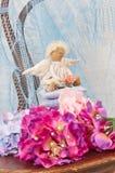 Меньшая кукла ангела сидя на подушке Валентайн дня s Игрушка ` s детей ручной работы Стоковые Фото