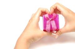 Меньшая подарочная коробка в руках Стоковое Изображение