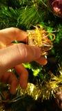 Меньшая подарочная коробка золота на рождественской елке Стоковая Фотография