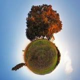 Меньшая планета - глобус на времени осени  стоковая фотография rf