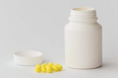 Меньшая пластичная бутылка с витаминами Стоковое Изображение