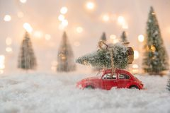 Меньшая рождественская елка нося красной игрушки автомобиля Стоковые Фотографии RF