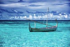 Меньшая рыбацкая лодка в голубом море Стоковое фото RF