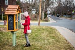 Меньшая свободная библиотека улицы на дворе перед входом дома в пригороде и a Стоковая Фотография RF