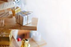 Меньшая серебряная подарочная коробка Стоковая Фотография