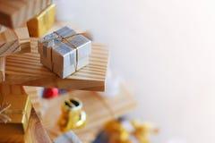 Меньшая серебряная подарочная коробка Стоковое фото RF