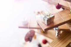 Меньшая серебряная подарочная коробка Стоковое Изображение