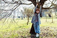 Меньшая смертная казнь через повешение девушки имбиря на дереве Стоковые Фото