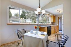 Меньшая столовая в яркой комнате кухни Стоковое фото RF