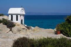 Меньшая церковь обозревая море Стоковая Фотография