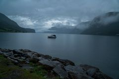 Меньшая шлюпка на озере день тайны пасмурный в фьорде geiranger Норвегии стоковая фотография rf