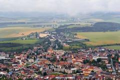 Меньшее европейское willage, дома в полях, облачном небе, ландшафте гор Стоковое Изображение
