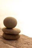 Меньшее каменное усаживание человека Стоковая Фотография RF