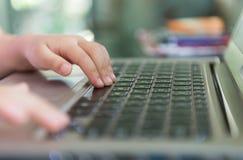 Меньшее касание руки на тетради клавиатуры Стоковая Фотография RF