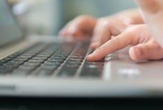 Меньшее касание руки на тетради клавиатуры Стоковые Изображения