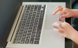 Меньшее касание руки на тетради сенсорной панели Стоковые Изображения