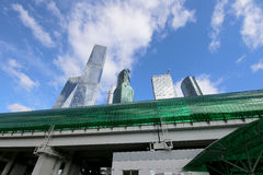 Меньшее кольцо железных дорог Москвы и небоскребов международных делового центра & x28; City& x29; , Россия стоковое фото