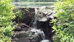 Меньшее падение воды утеса Стоковая Фотография