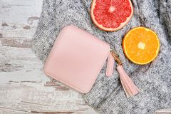 Меньшее розовое женское портмоне, и цитрус на свитере Модный c стоковое изображение rf